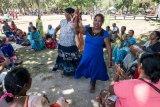 Indian ladies impromptu beach dancing