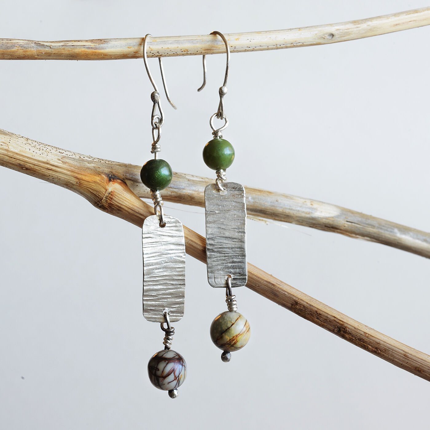 E18004 - Forged silver and bead dangle earrings