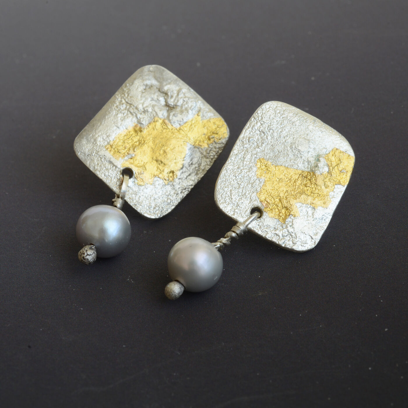 E18034 - Square silver studs with 24kt gold & grey pearls.