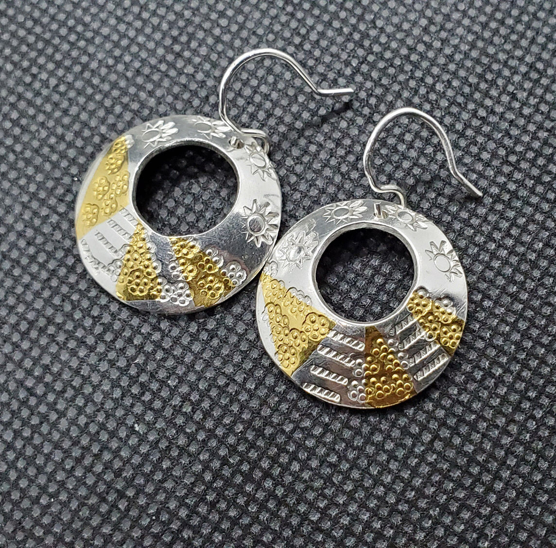 E19040 - Off-centre hoop earrings with silver and gold
