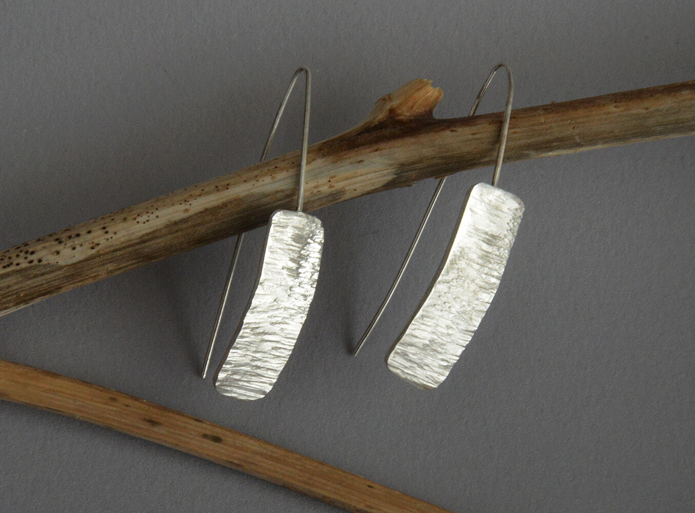 E20044 - Long wire hooks on forged silver earrings