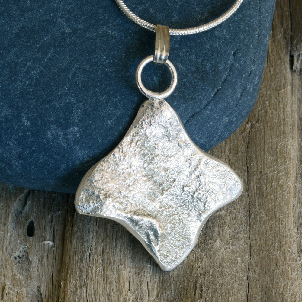 """N18031 - Stylized """"fish"""" design pendant and chain"""