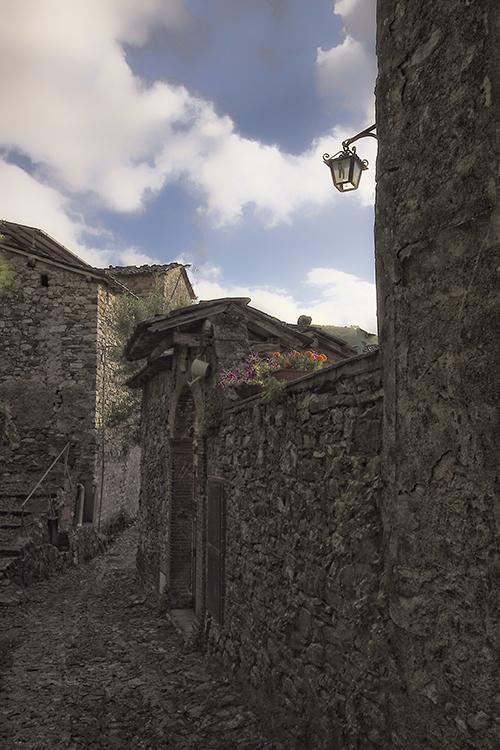009 Fibbiano Village Scenes - typical narrow cobbled street.