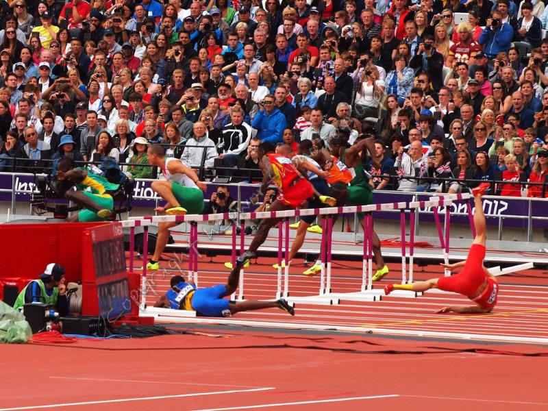 Liu Xiang crashes out of the hurdles