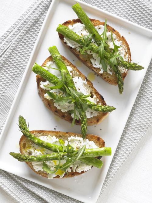 Asparagus, goats' cheese and rocket bruschetta