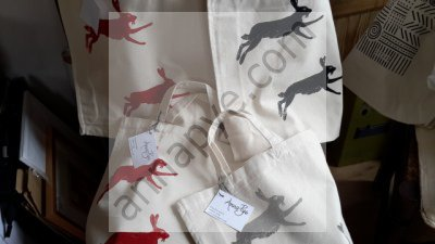 Hare shopping bags in red or black