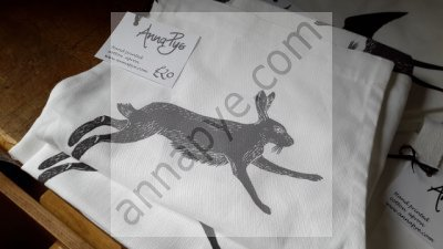 Hare apron in black