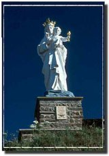 The Auvergne is home to what is believed to be one of the earliest visions of the Virgin Mary. Many statues in the area commemorate Mary, the one seen here is at Usson / Selon les légendes, une des premières visions de la Vierge fut en Auvergne. Beaucoup de statues célèbrent la Vierge Marie, celle-ci se trouve à Usson.