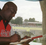 Sir Viv Richards signs Autographs