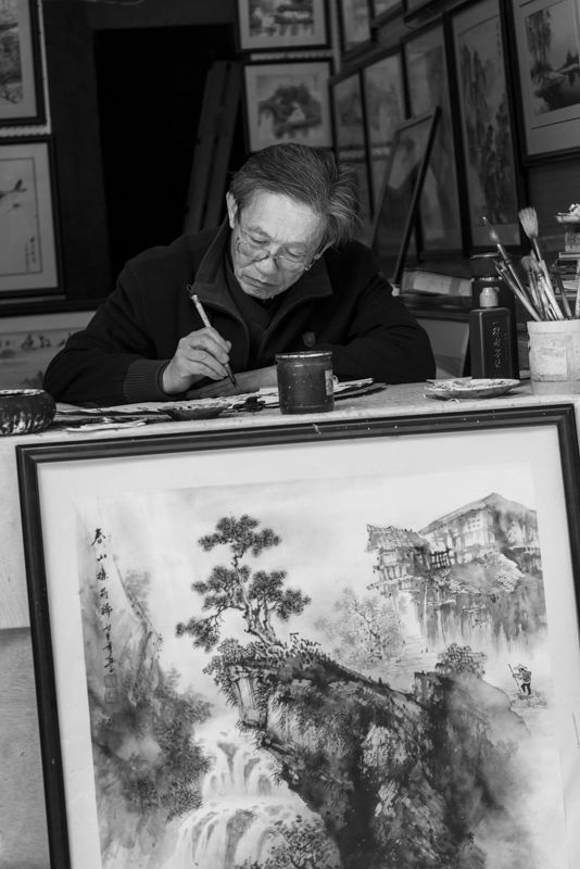 Artist painting in traditional chines style, Tongli, Jiangsu Province