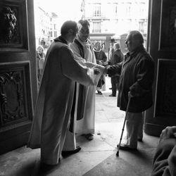 Greetings the participants to the mass, Marais, Paris, 2012