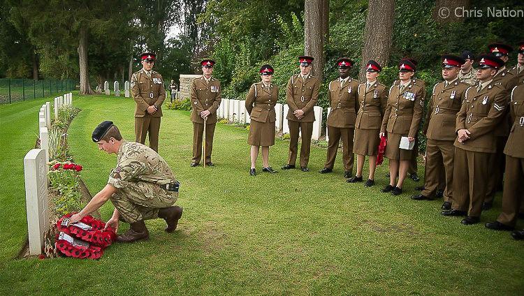 Bray 100. 4. RHA gunner laying wreath. St. Symphorien Cemetery. Mons. BE. NR20.