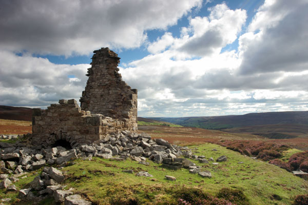 06-9072 The Ruined Chimney of the Surrender Lead Smelt Mill, Swaledale, Yorkshire.