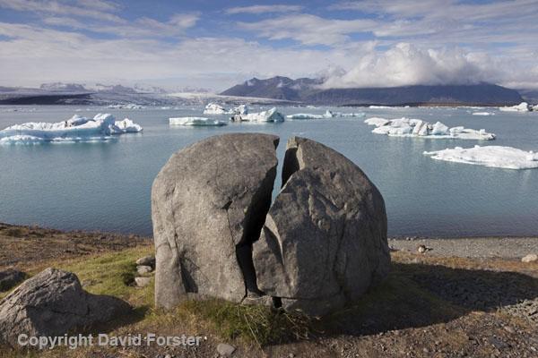 06D-2155Split Rock and Icebergs in the Jokulsarlon Glacial Lagoon Vatnajokull National Park Iceland