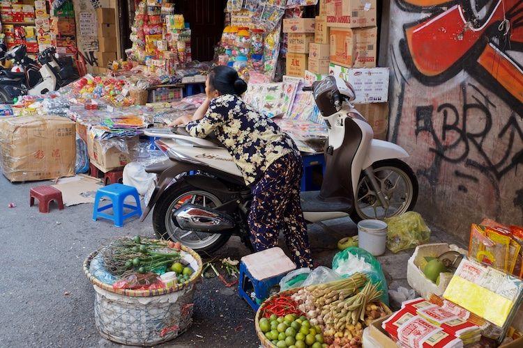 SESTREET 031 Street Trader Hanoi