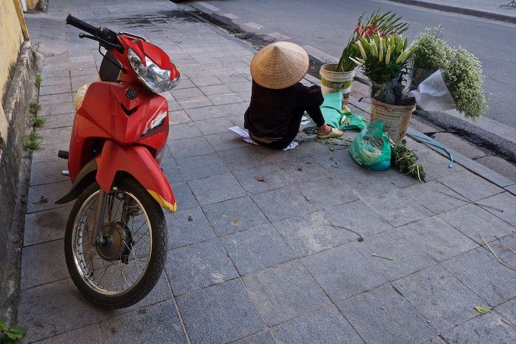SESTREET 052 Street Flower Seller Hanoi