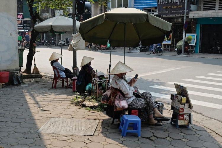 SESTREET 054 Street Corner traders Hanoi