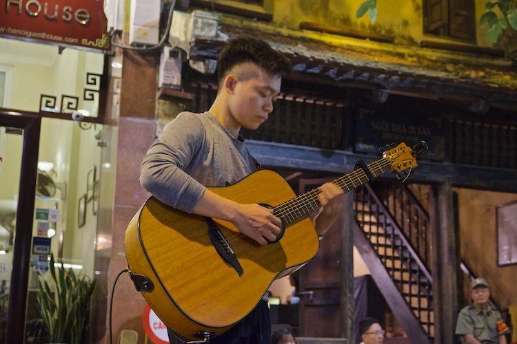 SESTREET 093 Street Musician Hanoi