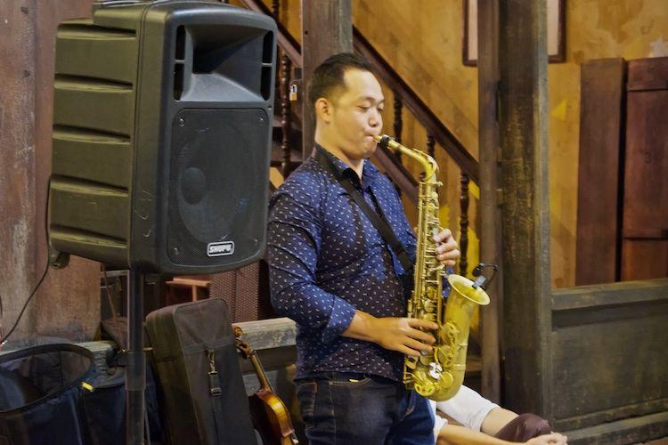 SESTREET 098 Street Musician Hanoi