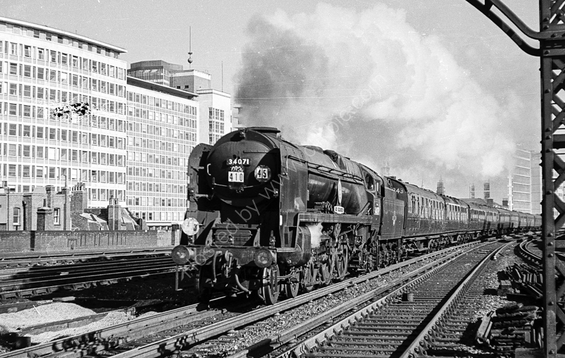 "34071 ""601 Squadron"" at Vauxhall with a down express from Waterloo, 29 August 1964"