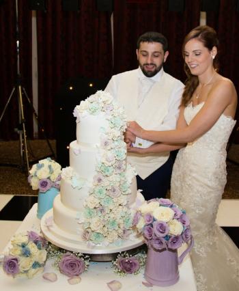 Dawns wedding cakes berkshire slough reading windsor holly nathan junglespirit Choice Image