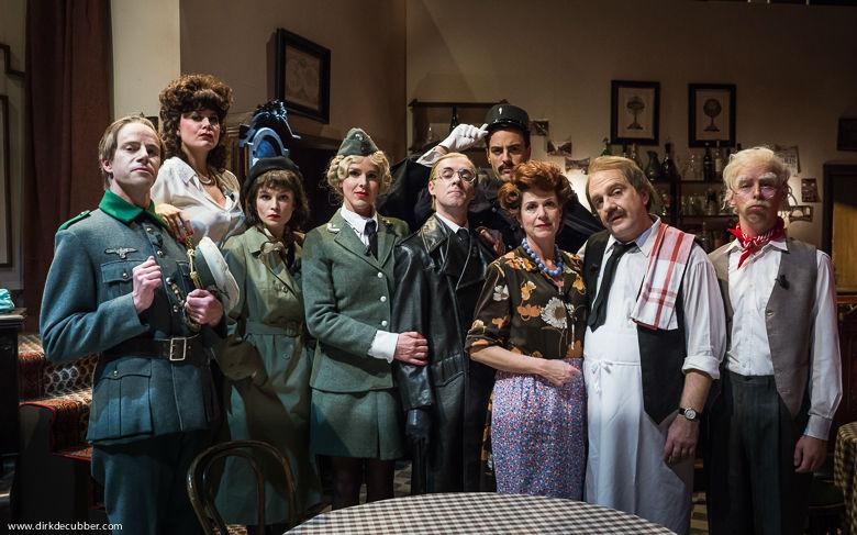 De volledige cast van Tegen de Sterren op parodieert de sitcomklassieker Allo Allo.