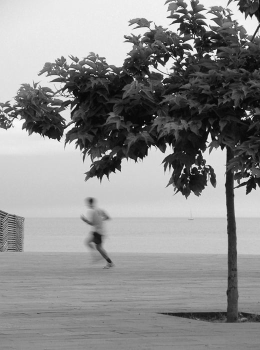 Run, walk by the sea. Blurred people, blurred contacts.