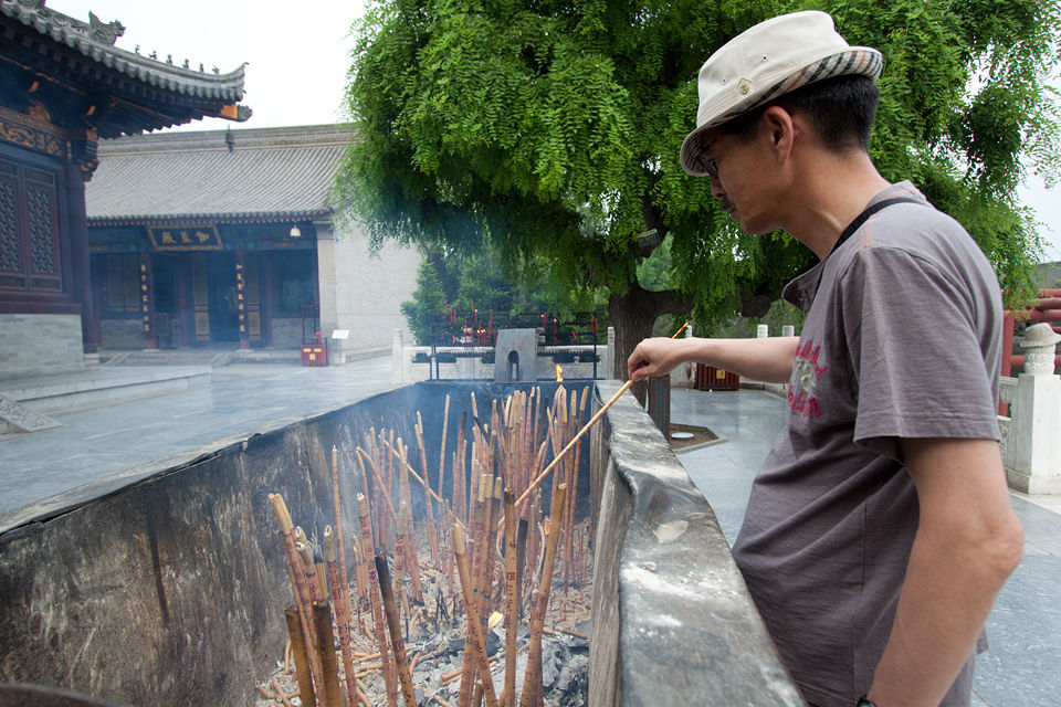 A man burning some incense at a temple. Canon 50D, Canon EF-S 10-22mm f/3.5-4.5 USM, 1/60, f/5.6, iso 100, handheld.