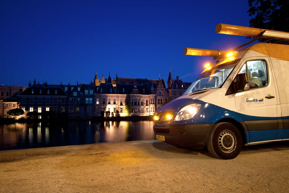 A Dunea fitters van in front of the Dutch parliament and the hofvijver filled with water courtesy to Dunea. Canon 50D, Canon EF-S 10-22mm f/3.5-4.5 USM, 3,2, f/4, iso 100, tripod.