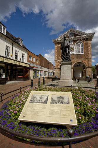 Tamworth Town Hall and Sir robert Peel statue.