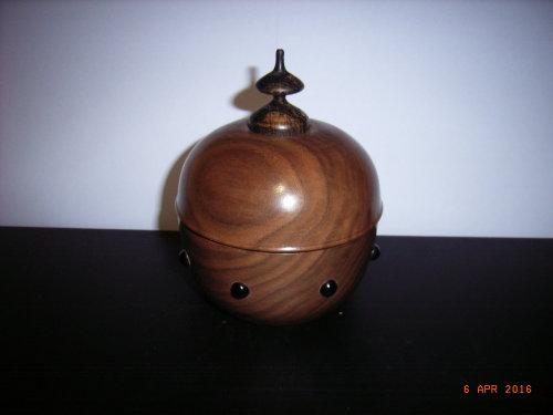 Jewellery/Trinket Box : American Walnut : 4 1/2 inches diameter : Ref 478