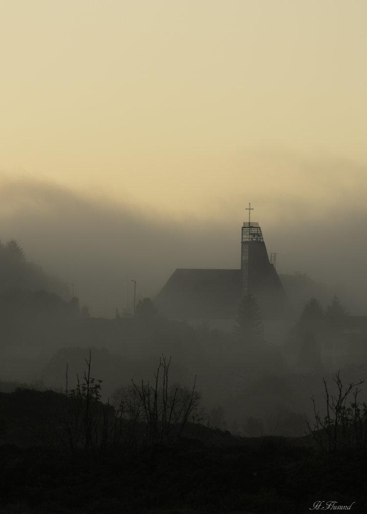 Ytre Herøy kyrkje i skodde