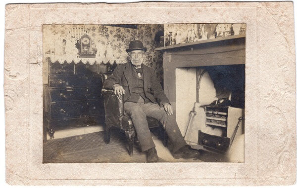 KIng Charles Faa Blythe photographed in front of the fire in the cottage (1900)