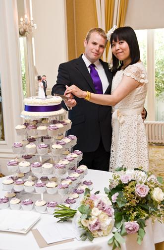 Brett & Anita cut the cake.