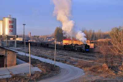 The 0700 mixed train departs from Xizhan to Fengshuigou with JS 8418.