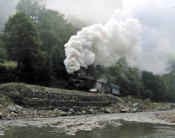 764-421 alongside the river as the mist clears.