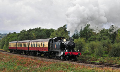 Tank 5526 with a rack of 3 passenger carriages near Safari Park.