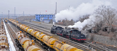 By 1430, the snow has melted, 1583 and 0612 arrive for shunting duties at Baiyin.