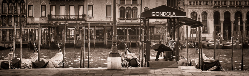 192 - Gondoleer waiting in Venice, Italy