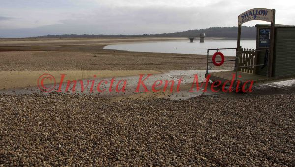 PIC SHOWS:BEWL WATER IN LAMBERHURST KENT,SHOWING THE LOW LEVEL OF WATER .