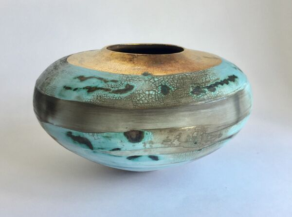 Blue porcelain smoke-fired pot.