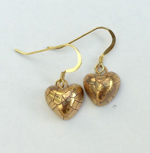 Small gold heart earrings.