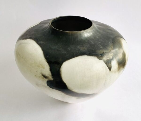 Black and white porcelain smoke-fired porcelain pot.