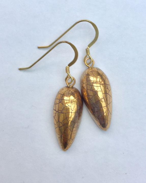 Gold ceramic teardrop earrings.