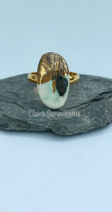 Porcelain ring with gold.