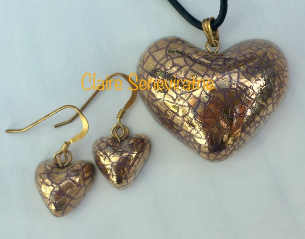 Gold heart jewellery set.