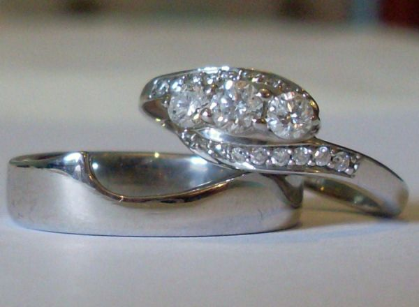 18ct W Shaped Wed/Eng Bands