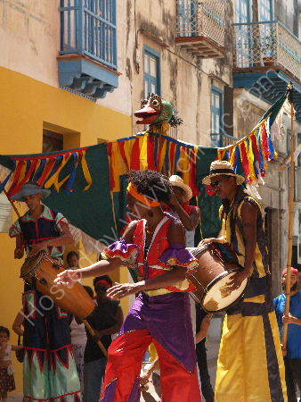 Havana: Stilt dancers