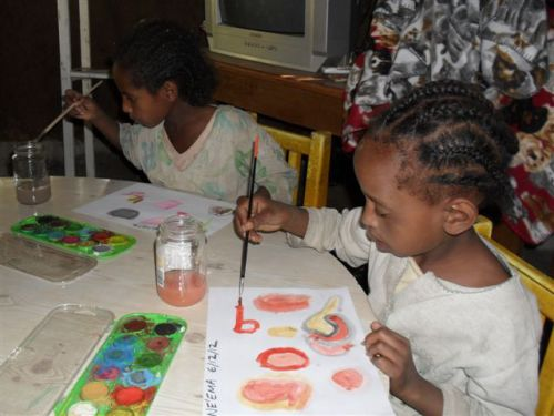 Grades 1 girls enjoy watercolour painting