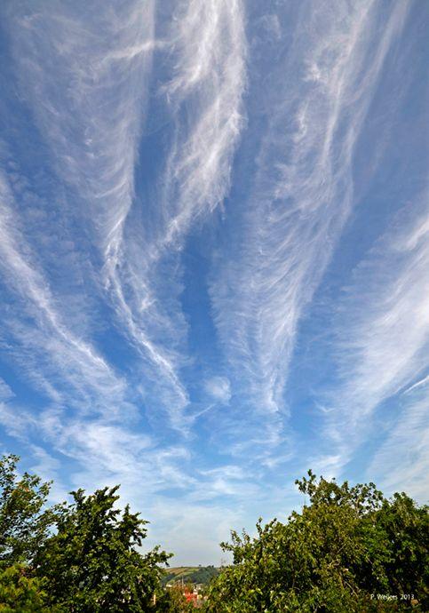 Clouds or vapourtrails